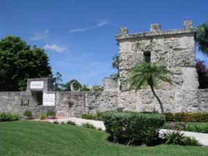Coral-Castle-passage